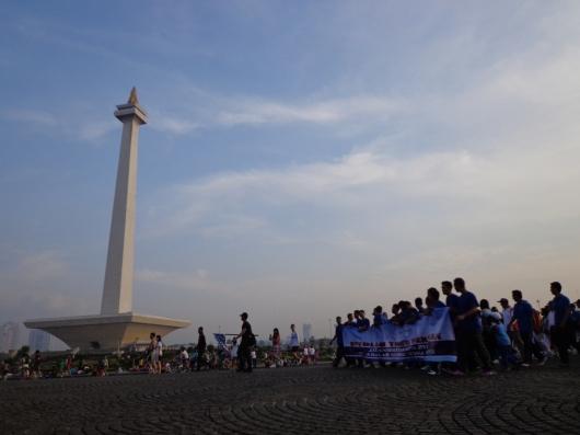 melaju...yaa, para rombongan keluarga besar AUP/STP mulai mengiringi monas untuk memulai jalan sehat pada Ahad 15 Juli 2012