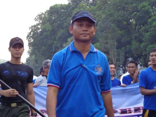 Pak Tb. Haeru memandu jalannya Jalan Sehat pada Golden Year AUP / STP
