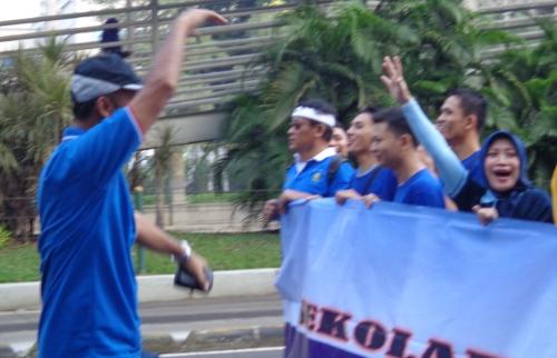 Memandu pasukan jalan sehat dengan semangat sambi menyanyikan lagu ataupun yel-yel AUP / STP