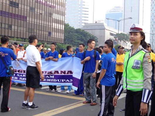 Rombongan Jalan Sehat  Melintasi Jalan Thamrin