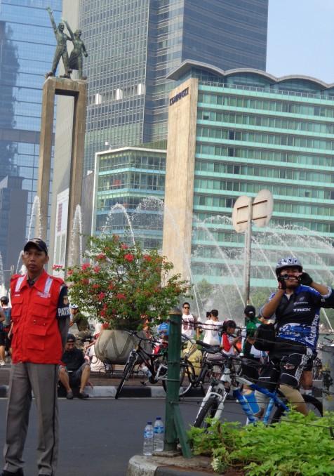 Salah Satu tim patroli bus transjakarta, melihat rombongan jalan sehat keluarga besar AUP / STP  saat melewati bundaran hotel Indonesia