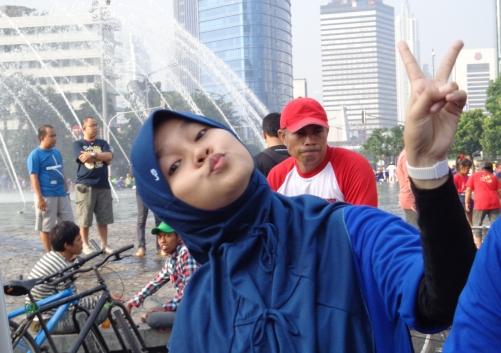 ini die..mpok Tika ,,,yang bergaya di bunderan Hotel Indonesia....