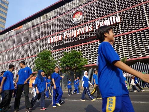 Rombongan melewati gedung Badan Pengawas Pemilu di Thamrin Jakarta Pusat