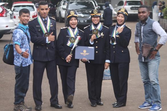 saya Fadli Muhamad Akbar Sa'un (kiri), Ikhsan Tuharea (ke-2 kiri), Anggun Dwi Apriyani (ke-3 kiri), Ramarsa Hidayatul Bararah (ke-4 kiri), Retno Fitrianingsih (ke-2 kanan), dan Alex Serontou (pinggir kanan)